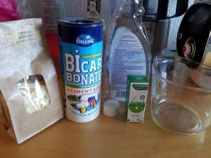 De l'eau, du bicarbonate de soude, des copeaux de savon de Marseille et de l'HE de lavande