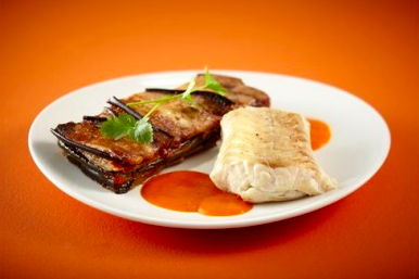 Filet de merlu, coulis de piquillos et tian d'aubergines
