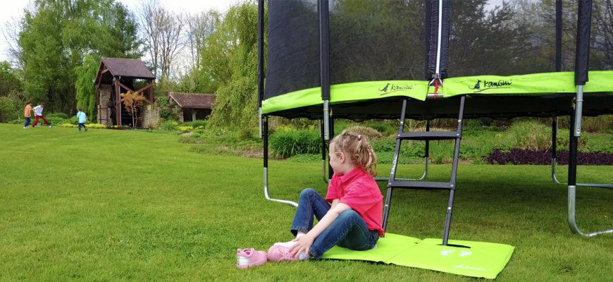 trampoline kangui pour les enfants dans le jardin cet été